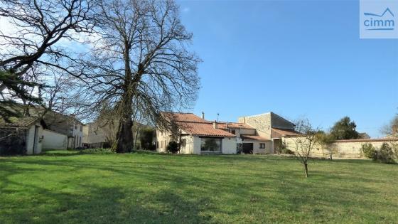 Belle et grande propriété à proximité de Niort à prix très intéressant.