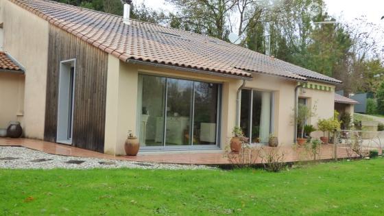 Très belle maison sur terrain arboré en bordure de Sèvre niortaise présentée à 394 000€, à 15 min du centre-ville de Niort. Honoraires à charge du vendeur.