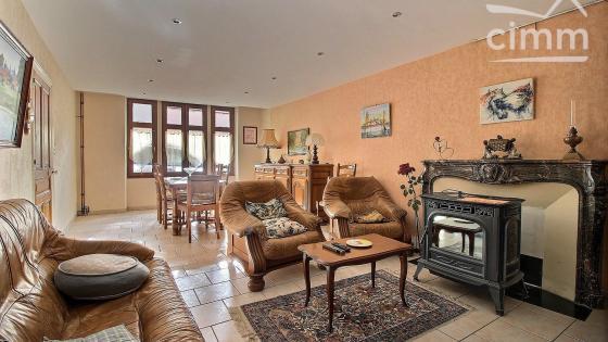 MONTCENIS, maison de 130,79 m² habitables sur 2 niveaux avec dépendances et cour intérieure
