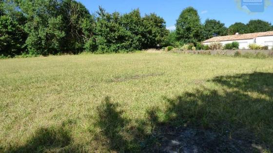 Terrain à bâtir dans commune du sud-ouest de Niort.Extension possible en location sur zone non constructible.