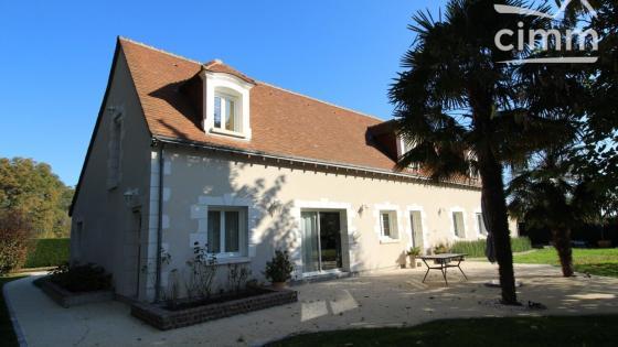 Joué-les-Tours, Maison de style longère de 230 m², au calme à deux pas de la ville.